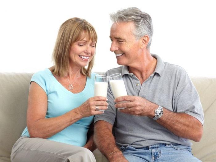 Пожилая пара пьет молоко