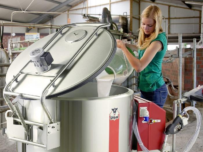 Женщина пастеризует молоко