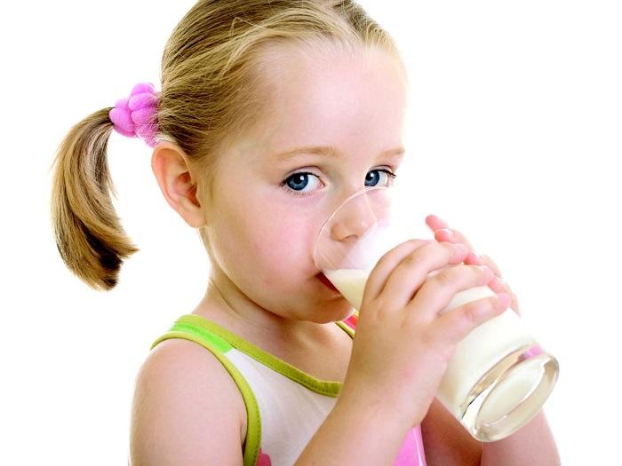Девочка пьет иолоко