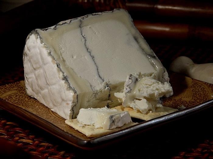 Изображение сыра с темной плесенью