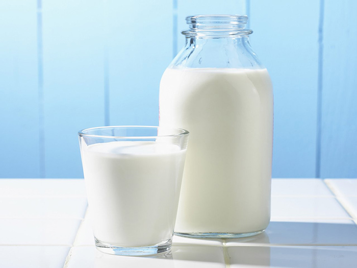 Молоко в банке и стакане