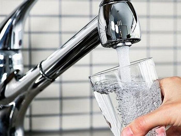 Вода из крана в стакан