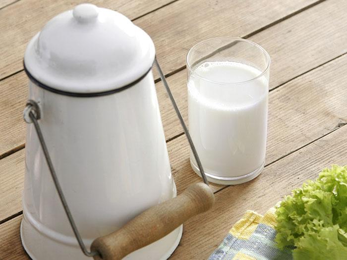 Молоко в стакане и чайнике