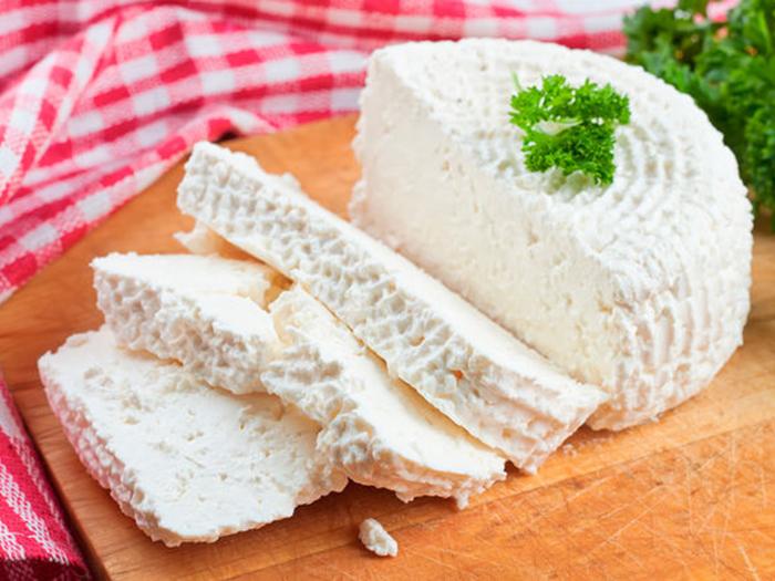 Домашний сыр с зеленью сверху