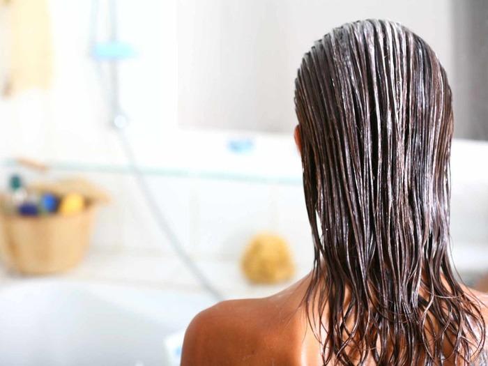 Известной своим эффективным действием является маска для волос из сыворотки