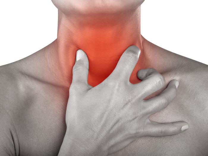 При сильных болях в горле молоко обволакивает миндалины, снижая першение и боль, поддерживает больной организм