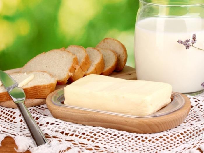 Масло сливочное и кусочки хлеба