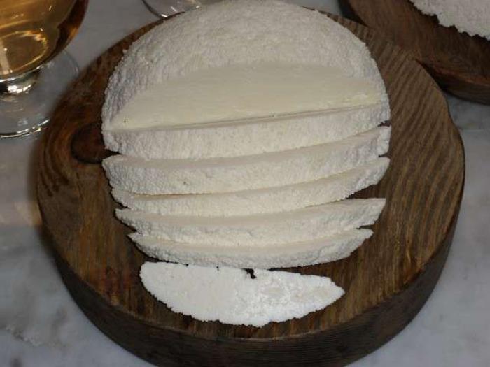 Нарезанный домашний сыр